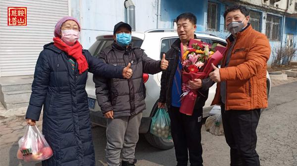 4.冯志国团队慰问防疫一线人员家属.jpg